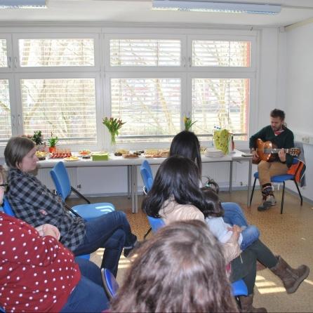 Presentación del guitarrista Francisco Gonzáles durante la inauguración de la oficina.